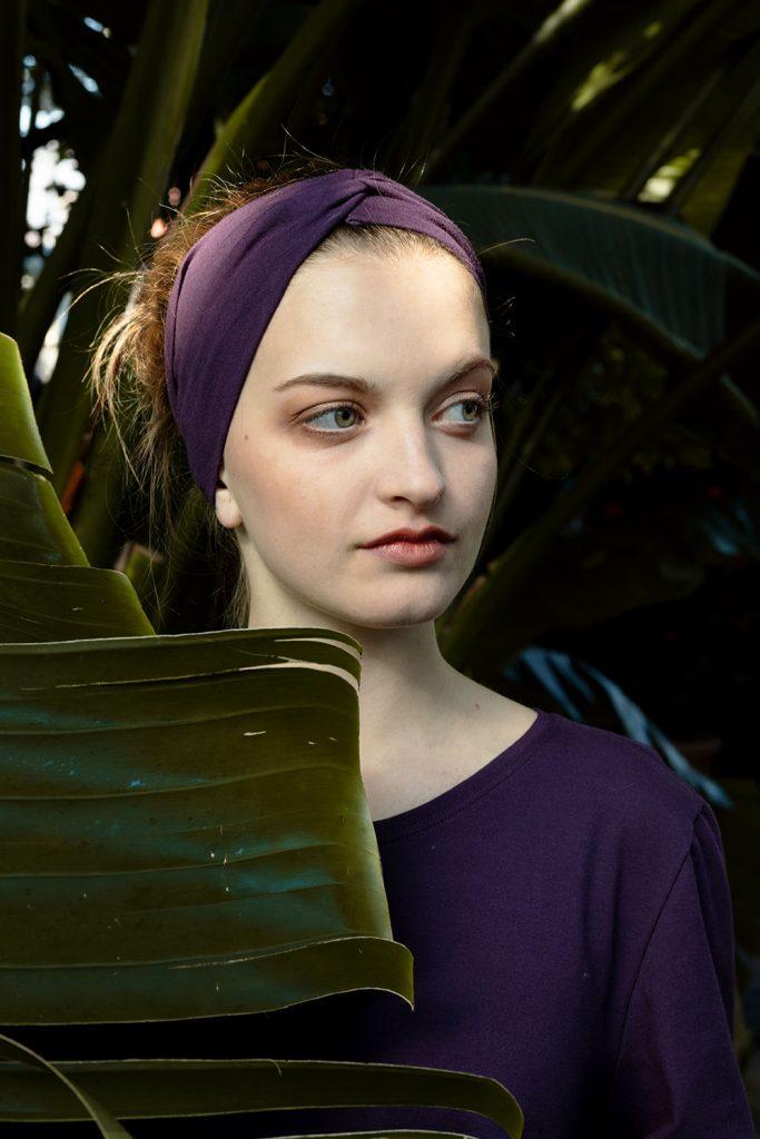 Mädchen mit Stirnband und Shirt von der Gloom Junior Company